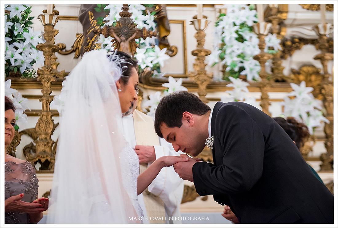 Foto de casamento - Noivo beijando a mão da noiva - Igreja São José