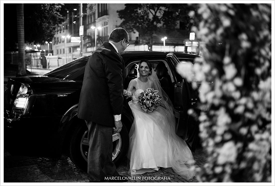 Noiva saindo do Carro para entrar na Igreja