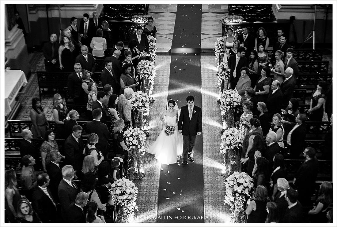 foto aerea dos noivos saindo da Igreja São José