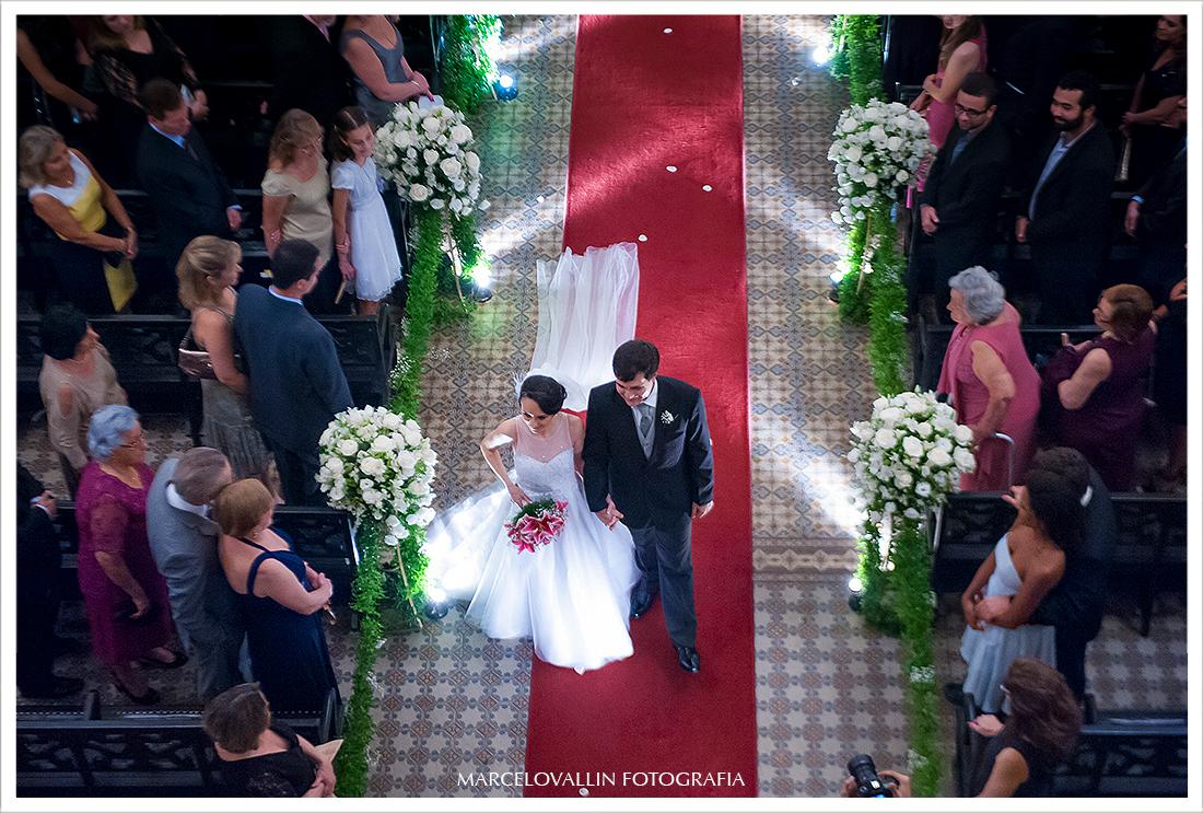 Foto dos noivos saindo da Igreja São José