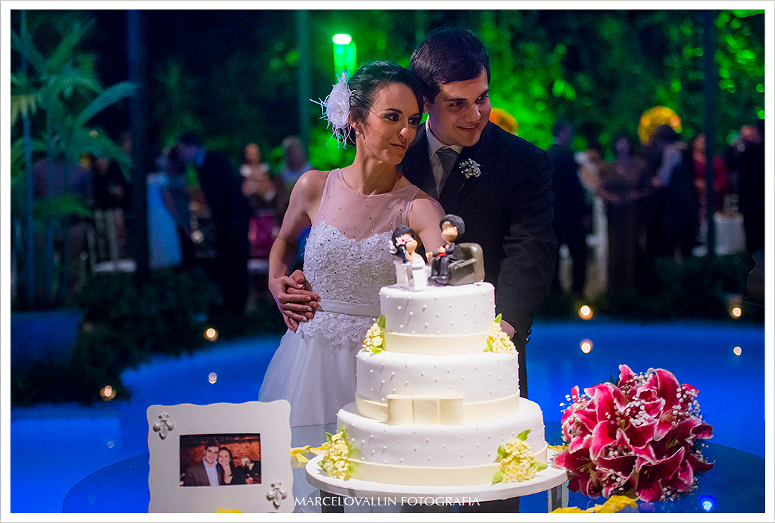 Foto dos noivos cortando o bolo - Quinta do Chapecó