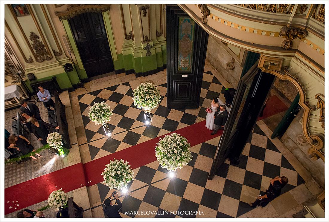 Foto da noiva entrando com seu pai na igreja