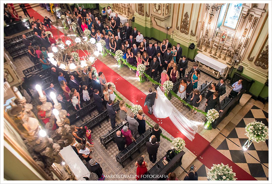 Foto aerea da noiva andando até o altar
