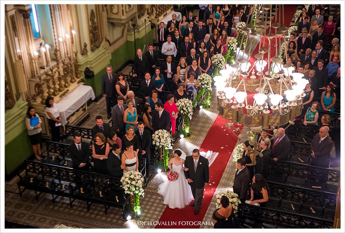 Foto dos noivos em frente ao altar