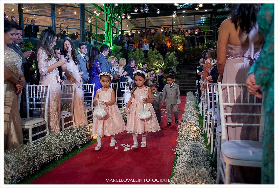 Foto de cerimonia de Casamento RJ - Entrada dos pagens - Casa das Canoas