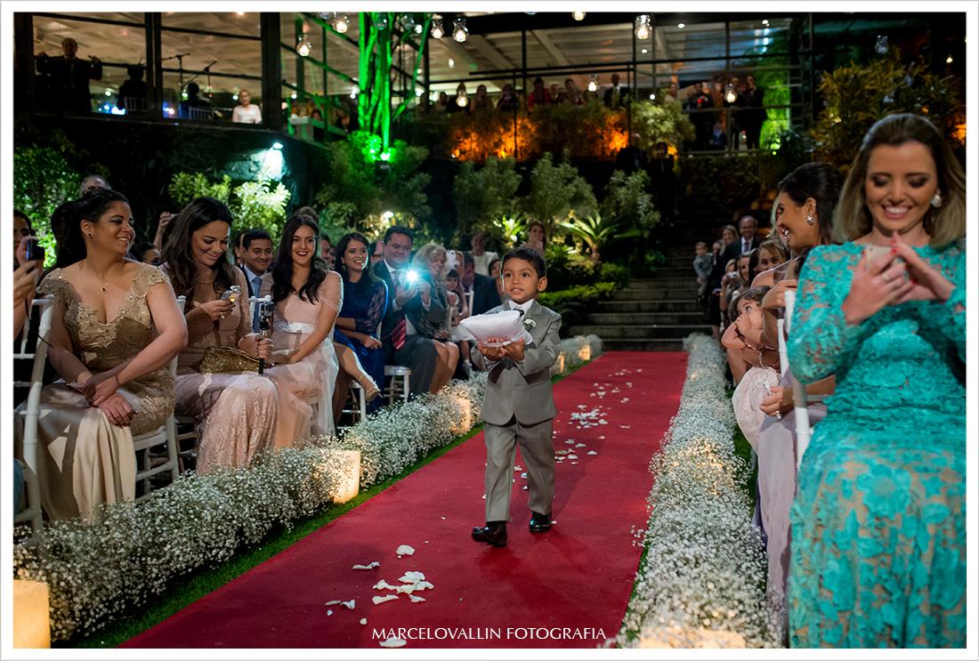 Foto de cerimonia de Casamento RJ - entrada das alianças - Casa das Canoas