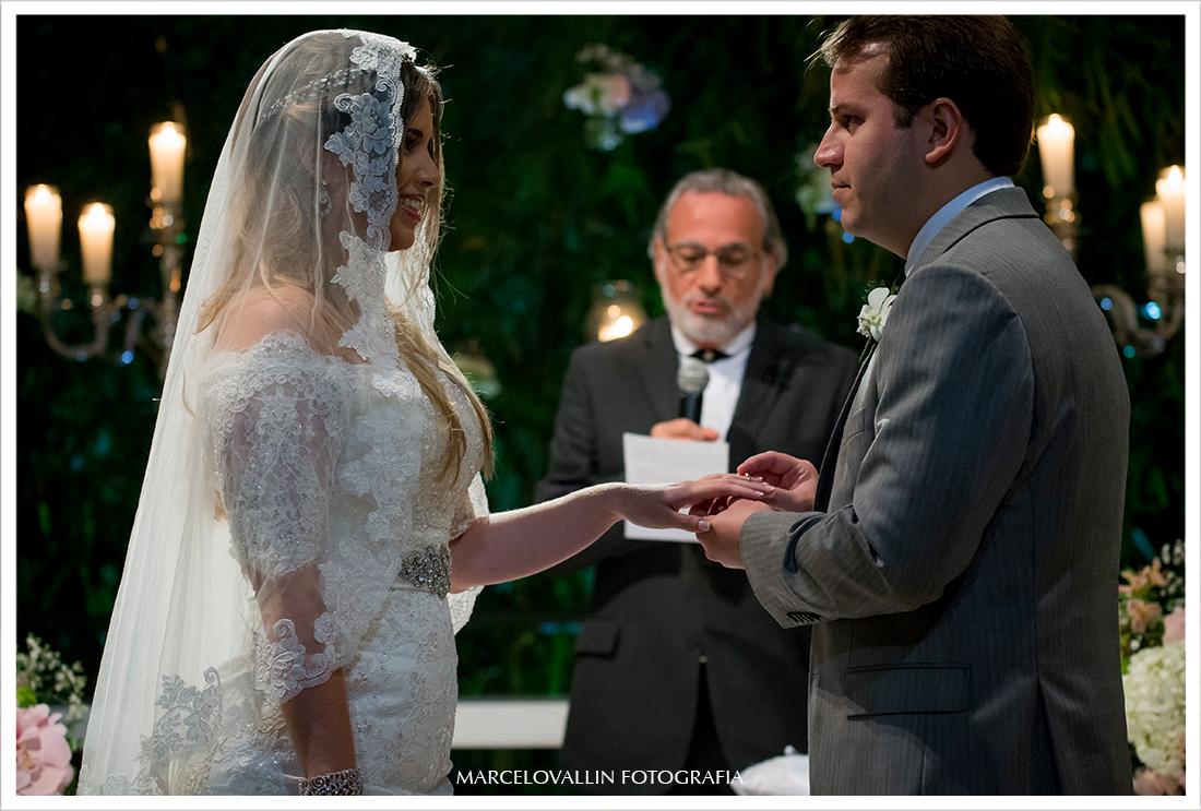Foto de cerimonia de Casamento RJ - troca de alianças - Casa das Canoas