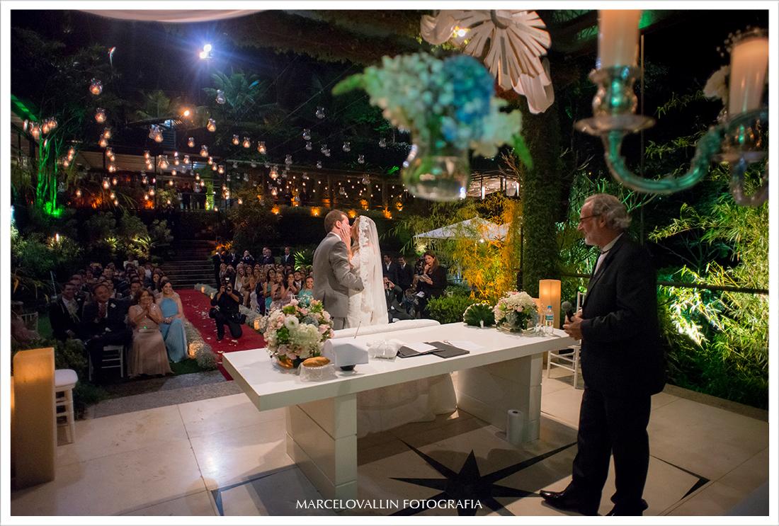 Foto de cerimonia de Casamento RJ - Beijo dos noivos - Casa das Canoas