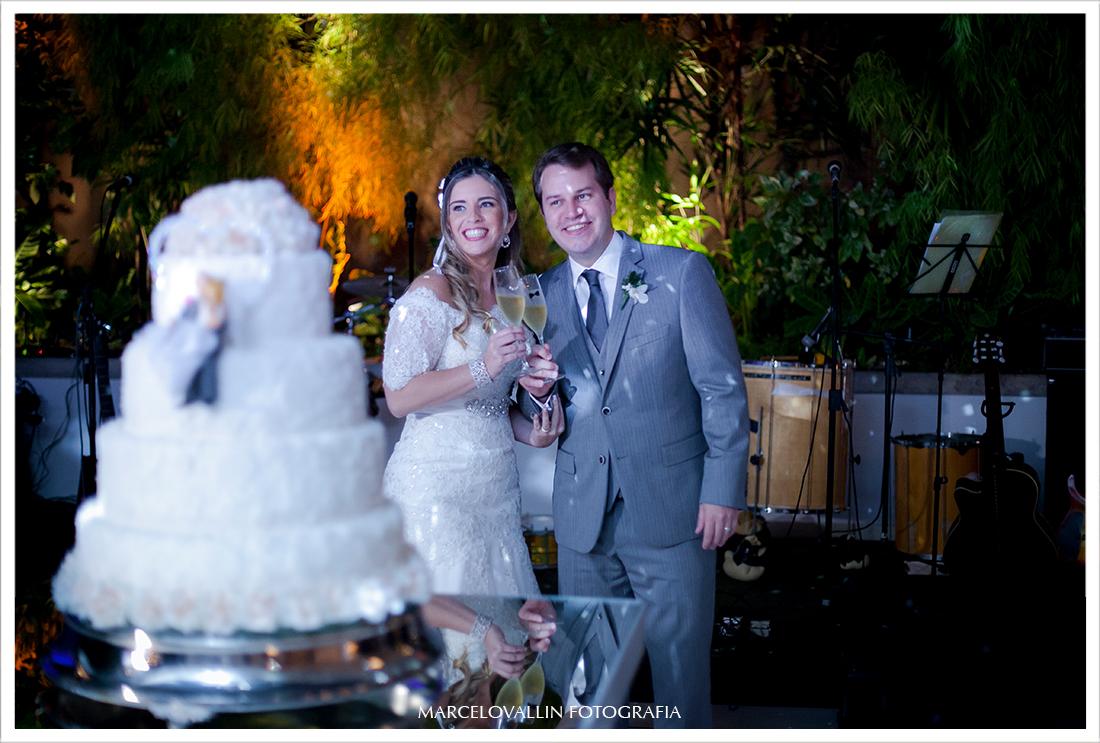 Foto de Casamento RJ - Noivos cortando o bolo - Casa das Canoas