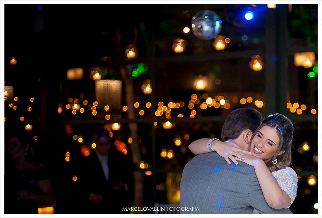 Foto de festa de Casamento RJ - Noivos Dançando na  Casa das Canoas