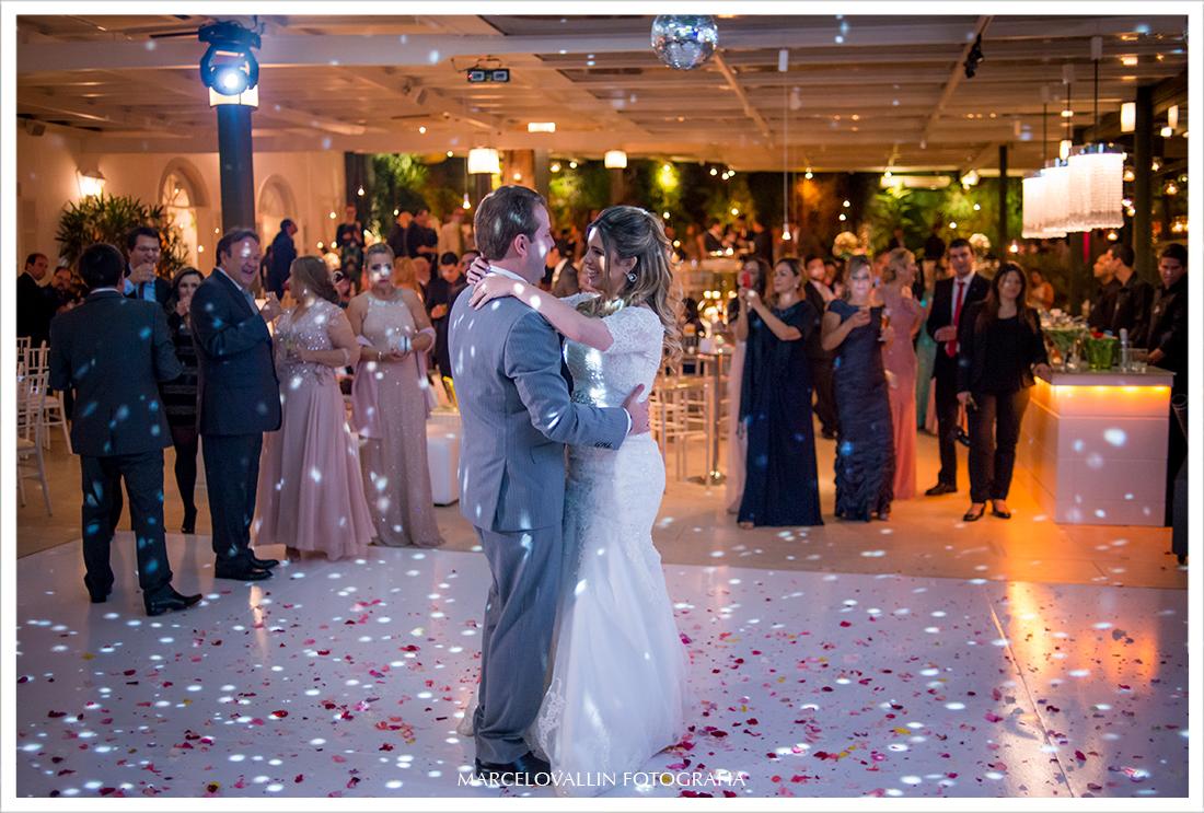 Foto de festa de Casamento - Noivos Dançando na  Casa das Canoas