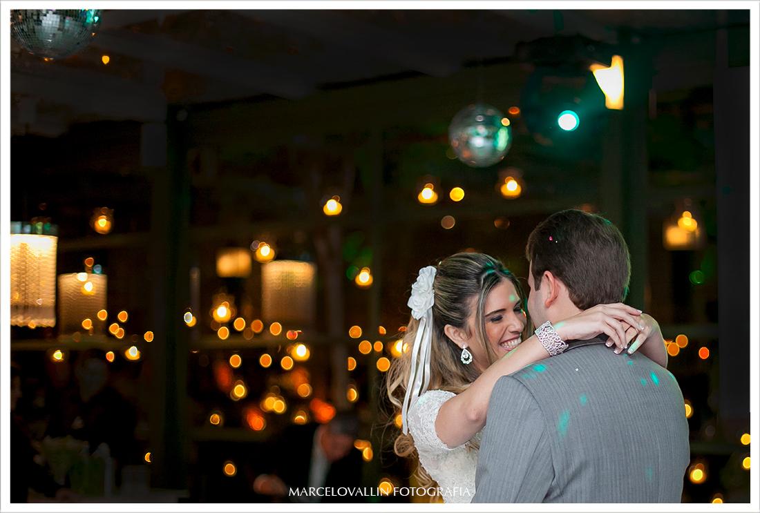 Foto de Casamento RJ - Noivos Dançando na  Casa das Canoas