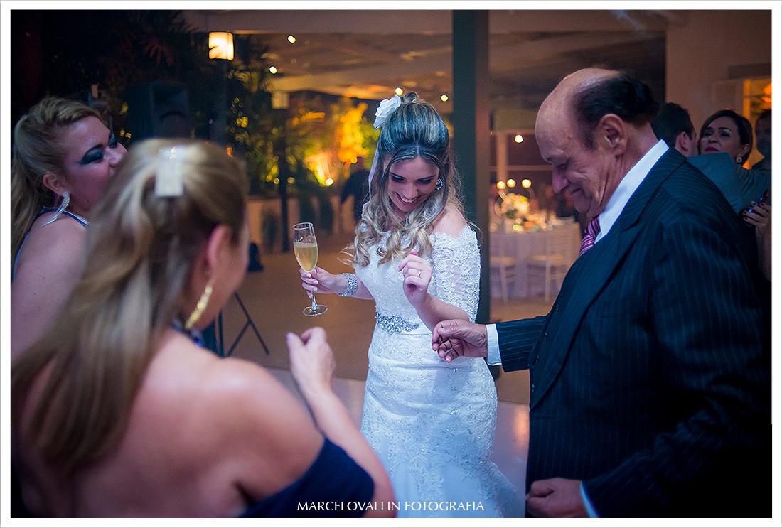 Foto de festa de Casamento RJ - Noiva Dançando na  Casa das Canoas