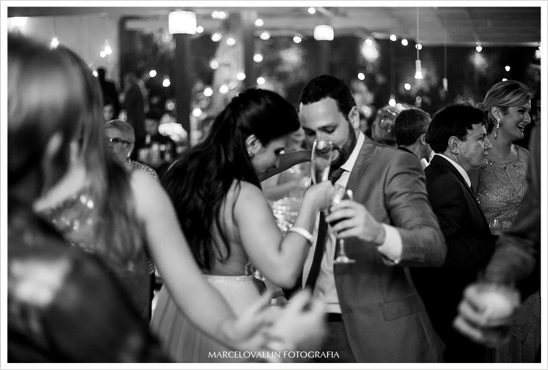 Foto de festa de Casamento RJ - convidados Dançando na  Casa das Canoas