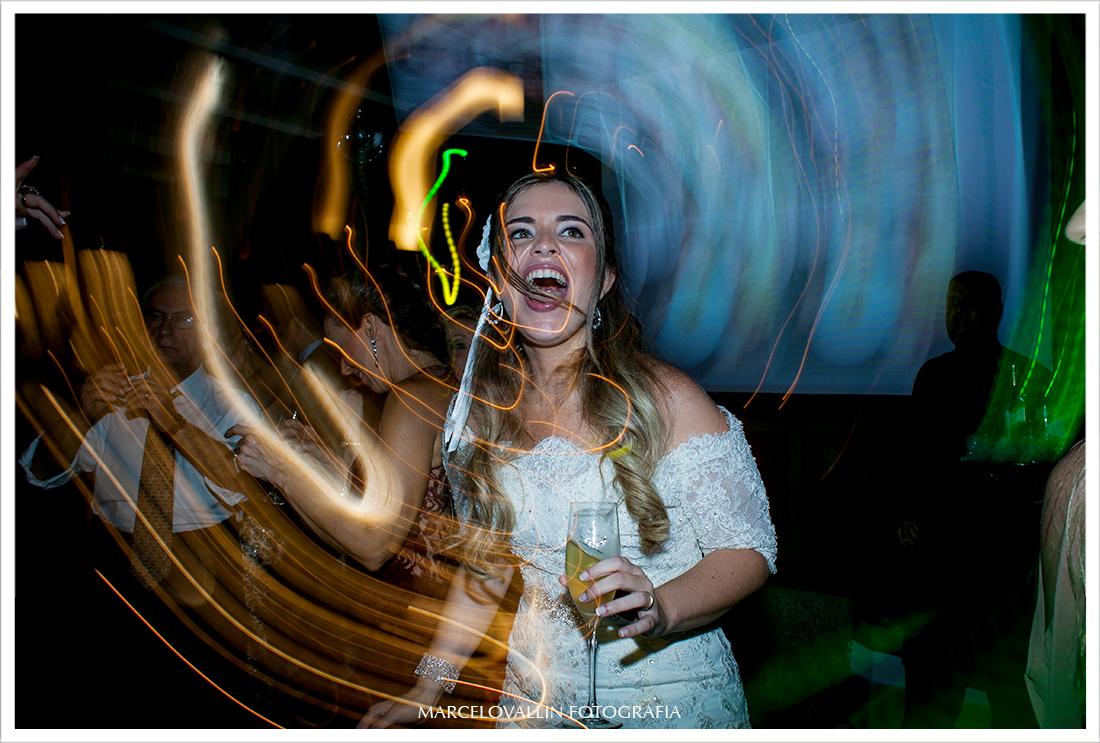 Foto de festa de Casamento - Noiva Dançando na  Casa das Canoas
