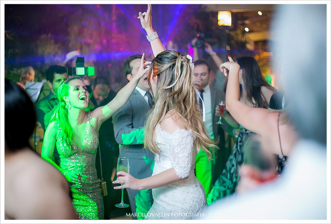 Foto de Casamento - Noiva na pista de dança - Casa das Canoas