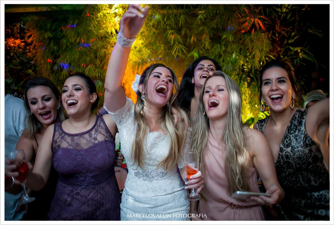 Fotografia de Casamento RJ - Noiva e amigas na pista de dança - Casa das Canoas