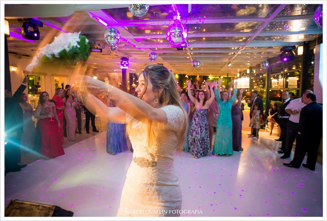 Foto de Casamento RJ - Noiva jogando o buque - Casa das Canoas