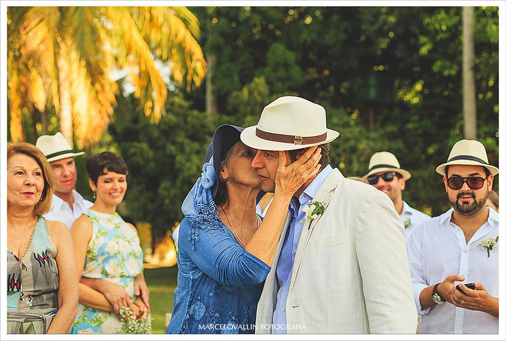Fotografia de Casamento PE - Noivo ganhando beijo da mãe- Praia dos Carneiros PE