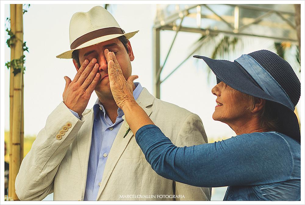 Fotografo de Casamento - noivo emocionado com a entrada da noiva - Praia dos Carneiros PE