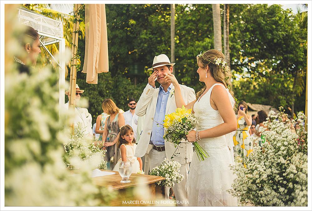 Fotografia de Casamento - Noiva enchugando lagrimas do noivo - Praia dos Carneiros PE