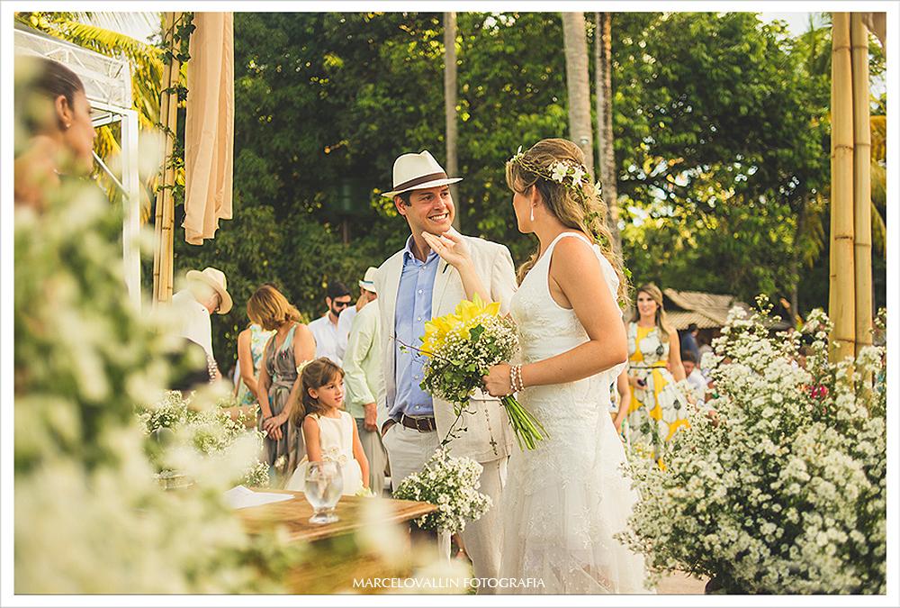 Fotografia de Casamento - noivos trocando olhares - Praia dos Carneiros PE