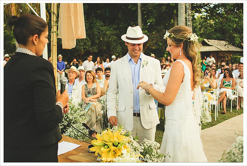 Foto de Casamento - Noivos trocando alianças - Praia dos Carneiros PE