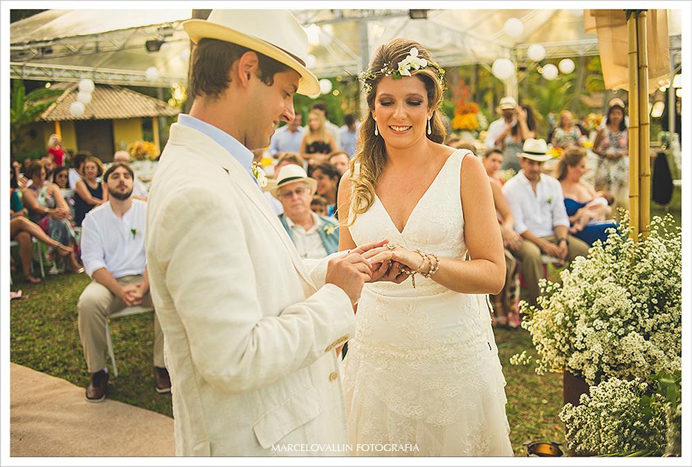 Fotografia de Casamento - Noivos trocando alianças - Praia dos Carneiros PE