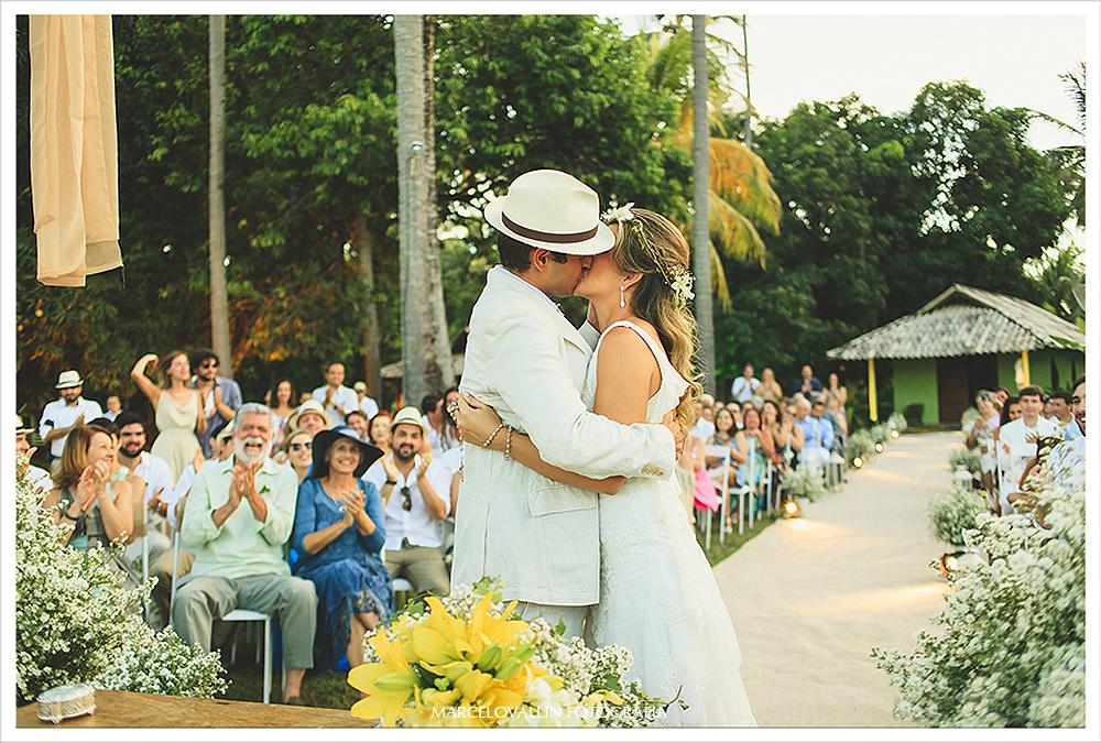 Fotografia de Casamento - O beijo dos noivos - Praia dos Carneiros PE