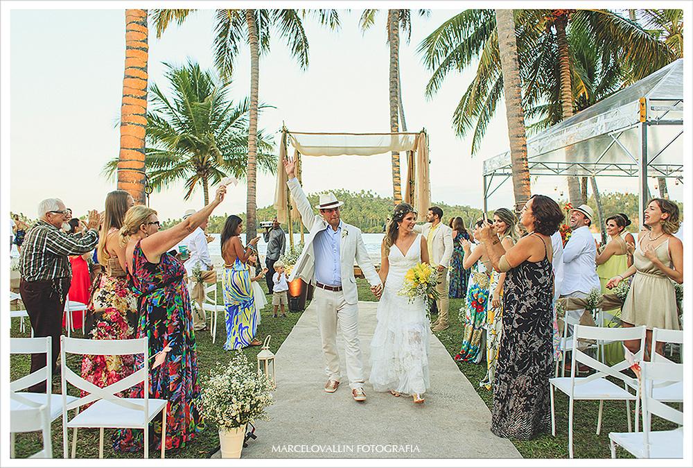 Fotografia de Casamento - saída dos noivos com chuva de arroz - Praia dos Carneiros PE