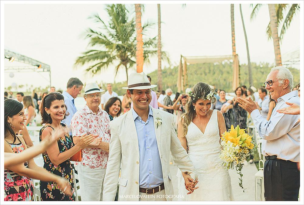 Fotografia de Casamento - chuva de arroz nos noivos - Praia dos Carneiros PE