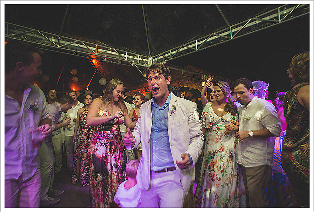 Fotografia de Casamento - Noivos dançando - Praia dos Carneiros PE