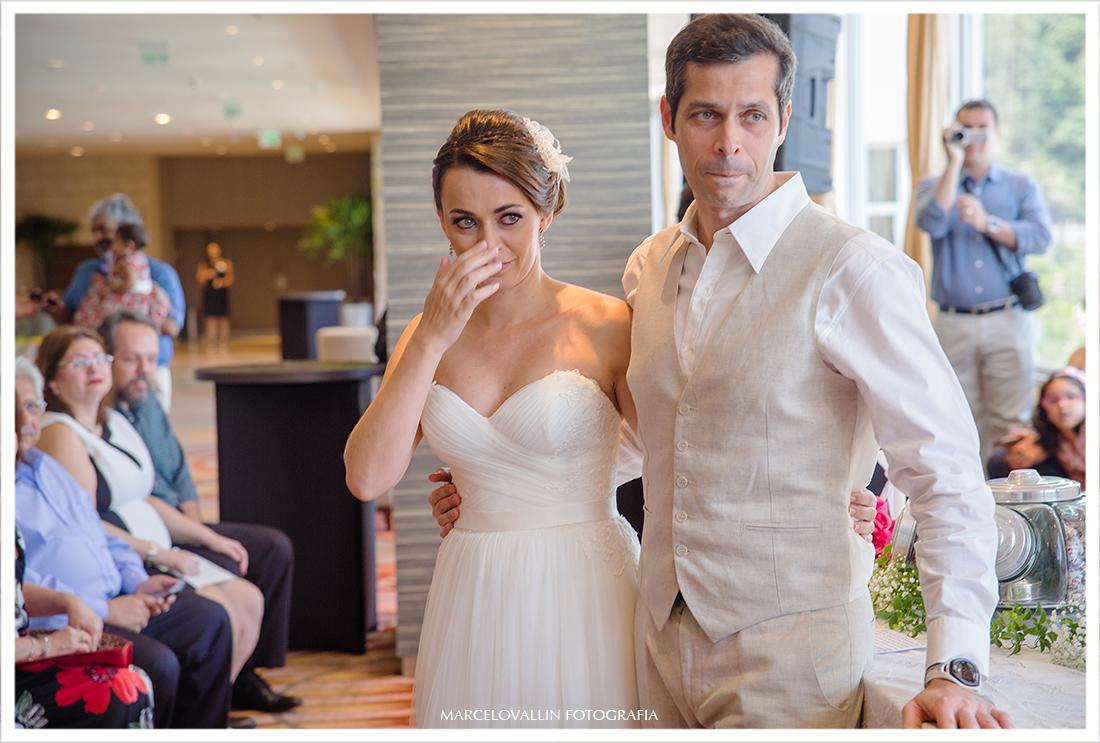 Noiva chorando em cerimonia de casamento