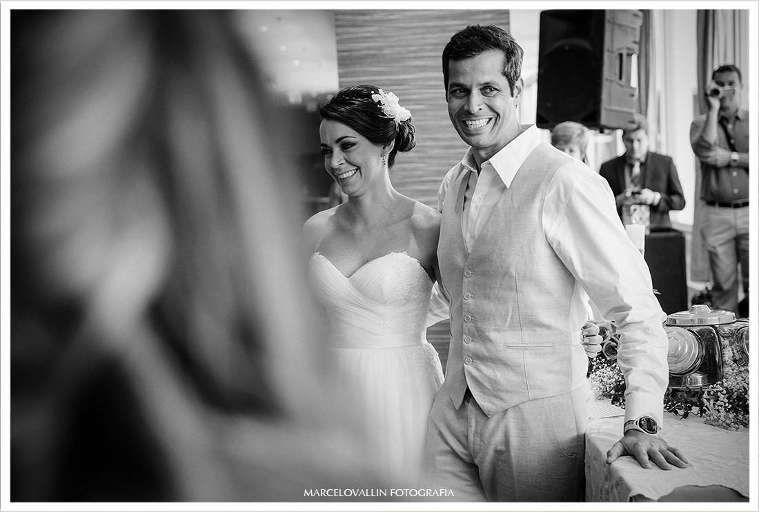 Mini wedding rj, noivos sorrindo em cerimonia de casamento
