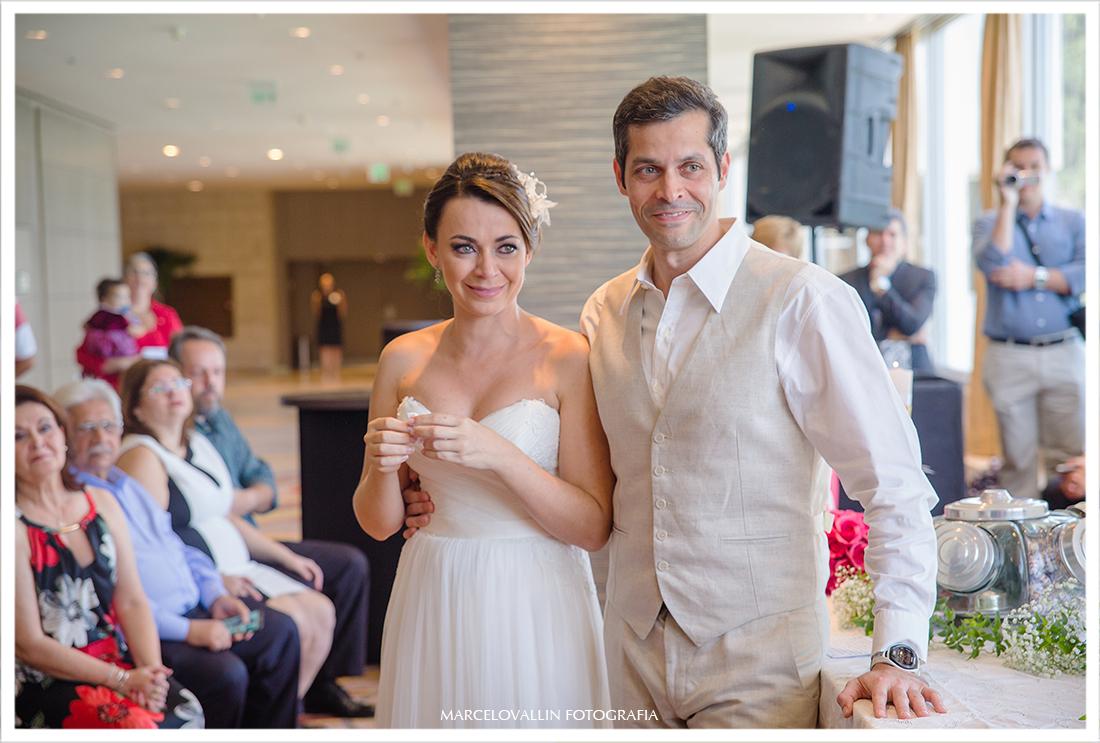 noivos emocionados em cerimonia de casamento