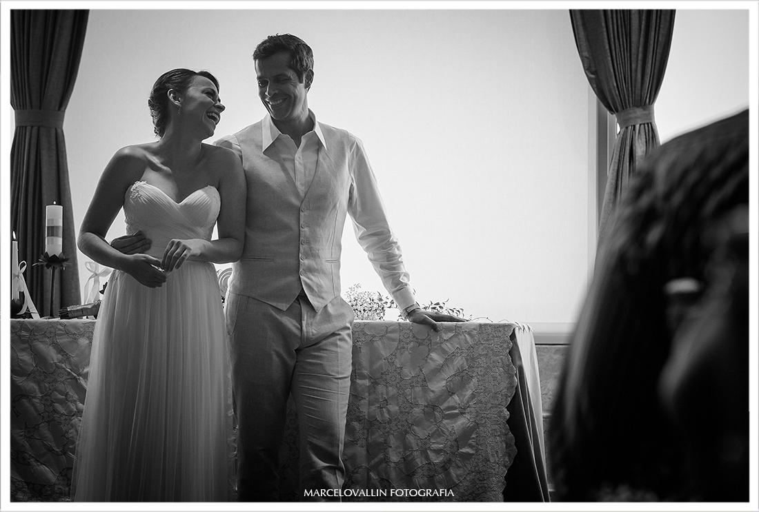 Noiva sorrindo para o noivo em cerimonia de casamento
