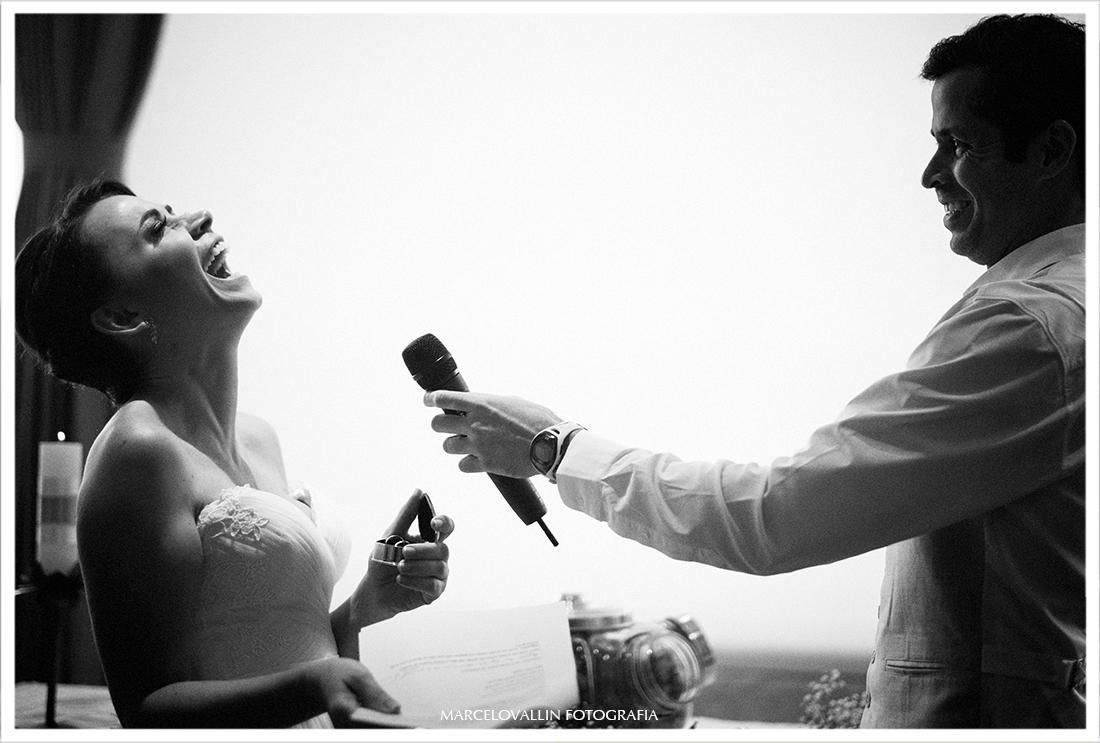 Noiva sorrindo em cerimonia de mini wedding, hotel São Conrado