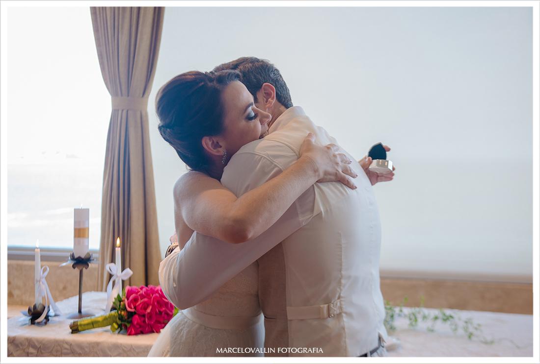 Noivos abraçados em cerimonia de casamento