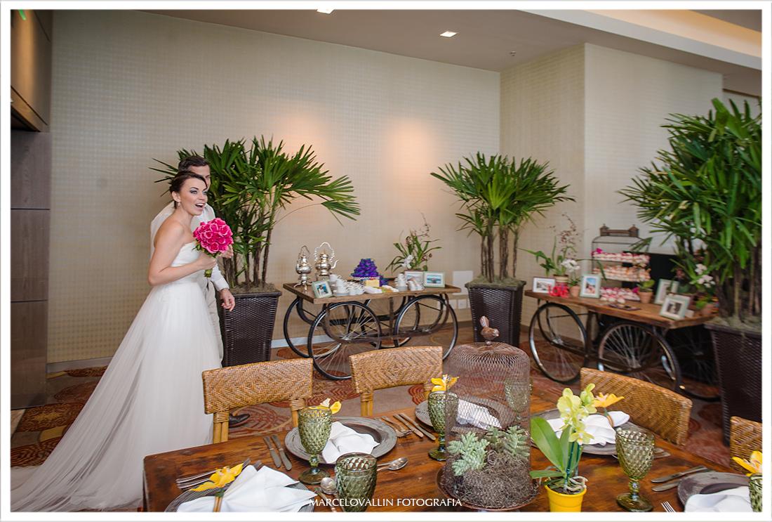 Noivos entrando local festa de casamento