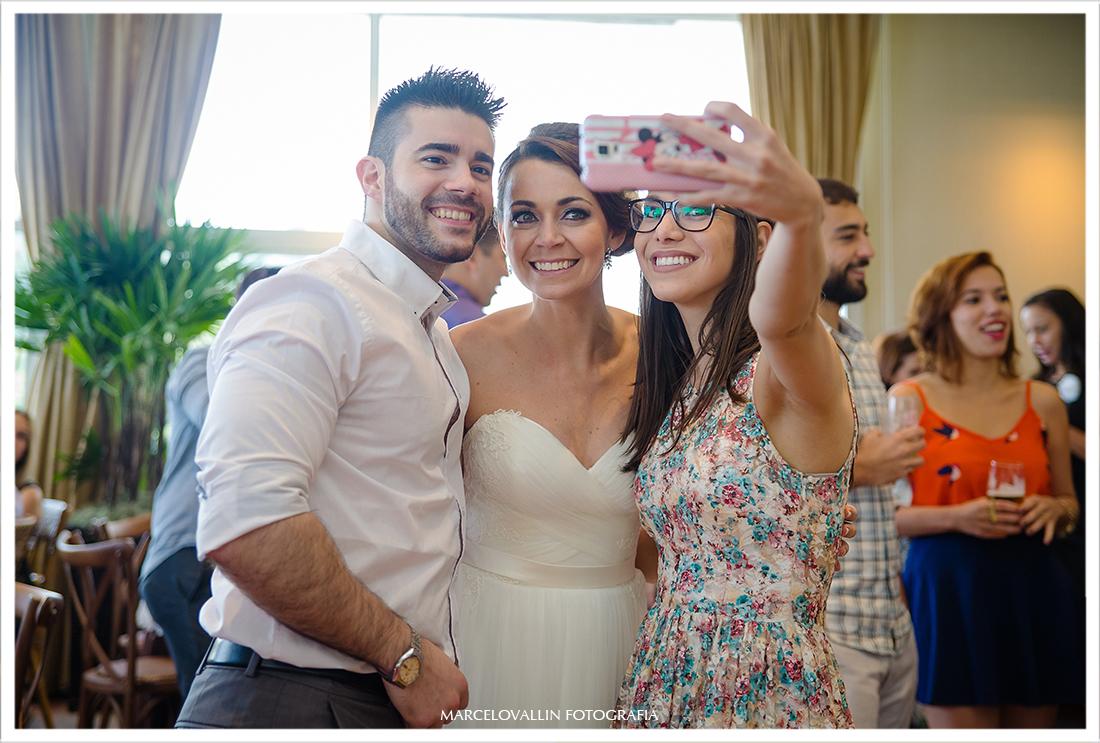 Convidados fazendo Selfie com convidados
