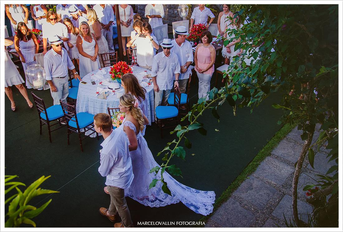 Noiva entrando na cerimonia de casamento - Cabo frio