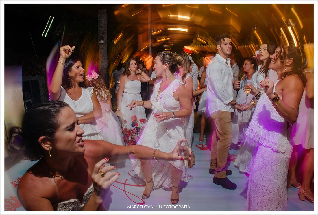 Convidados na pista de dança home wedding