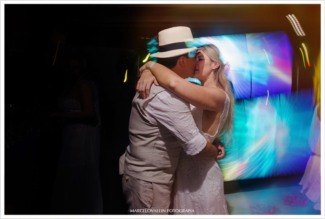 Beijo dos noivos na pista de dança