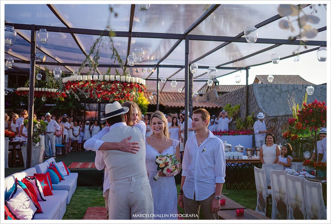 Home wedding - noivo recebendo abraço