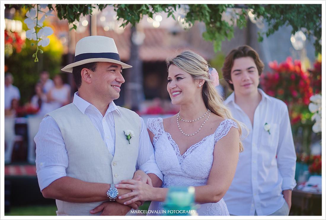 Casal trocando olhares em seu home wedding - Cabo Frio