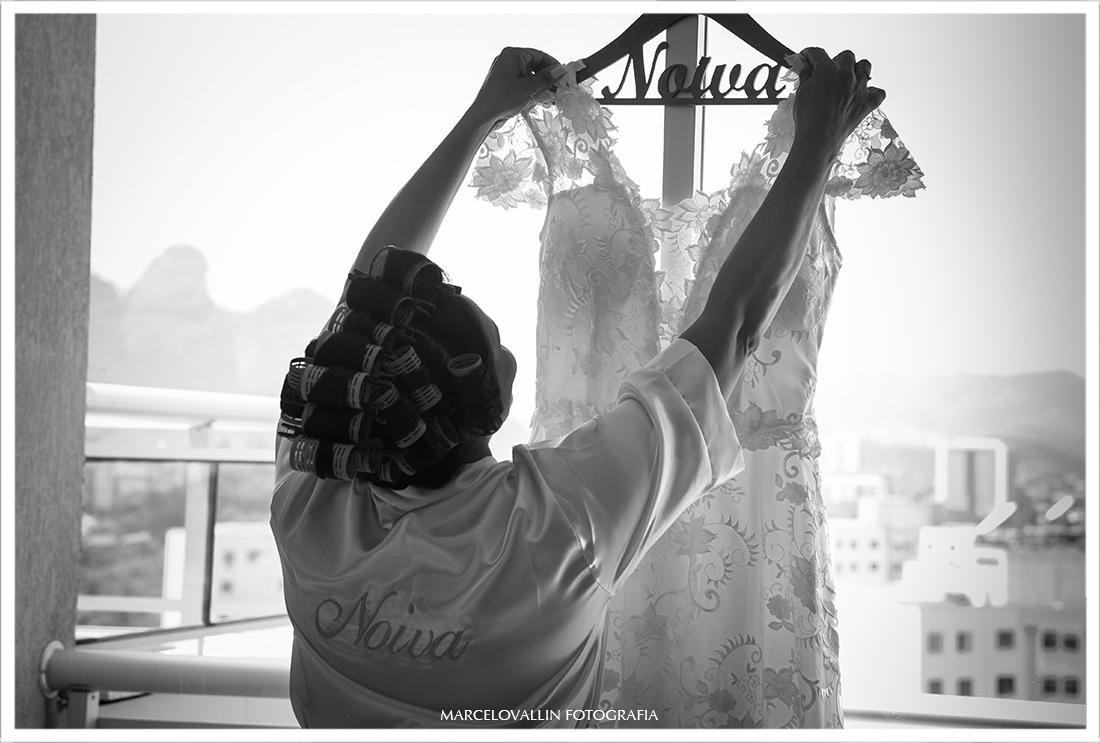 Foto de noiva arrumando vestido