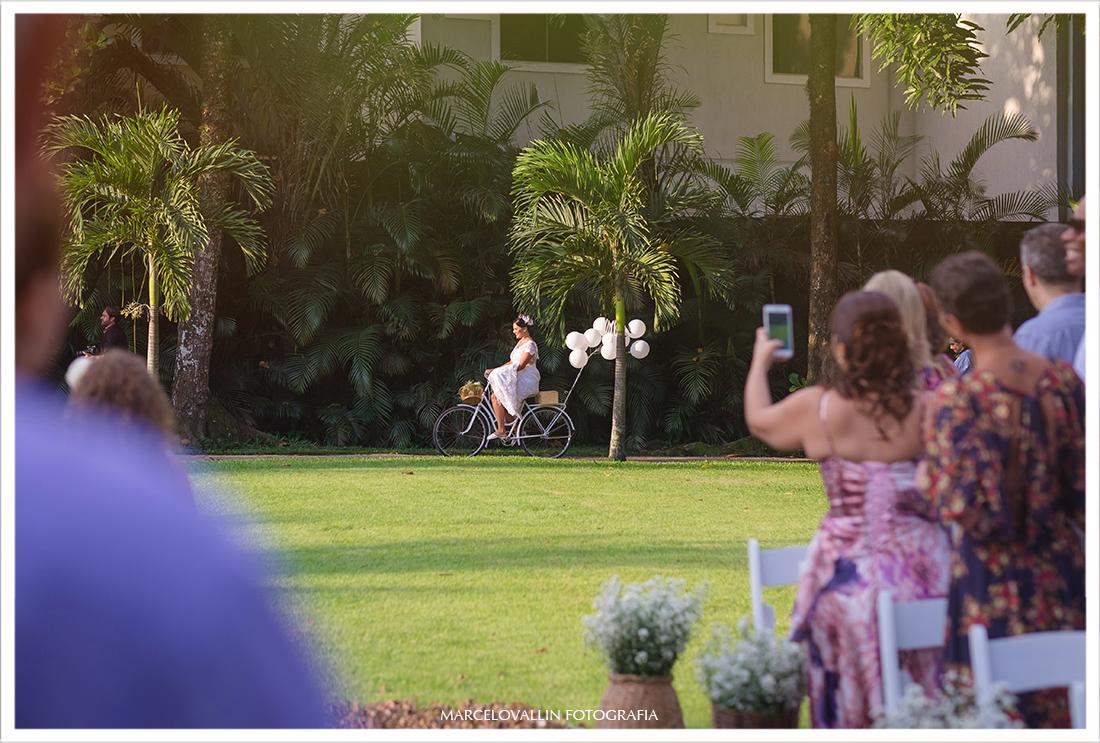 Fotos de Casamento Sitio Veredas, noiva entrando de bike na cerimonia