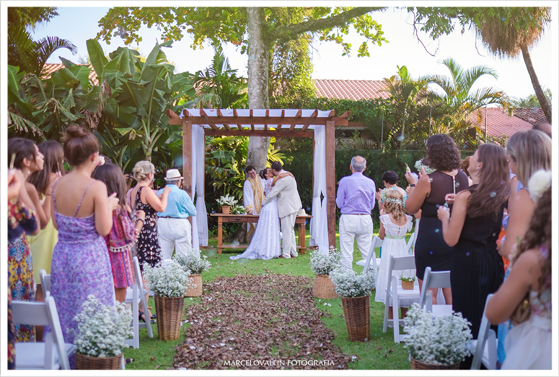 Foto de casamento Sítio Veredas, beijo dos noivos