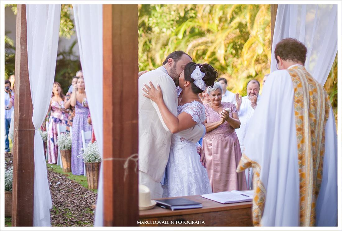 Foto do beijo dos noivos em casamento Sítio Veredas