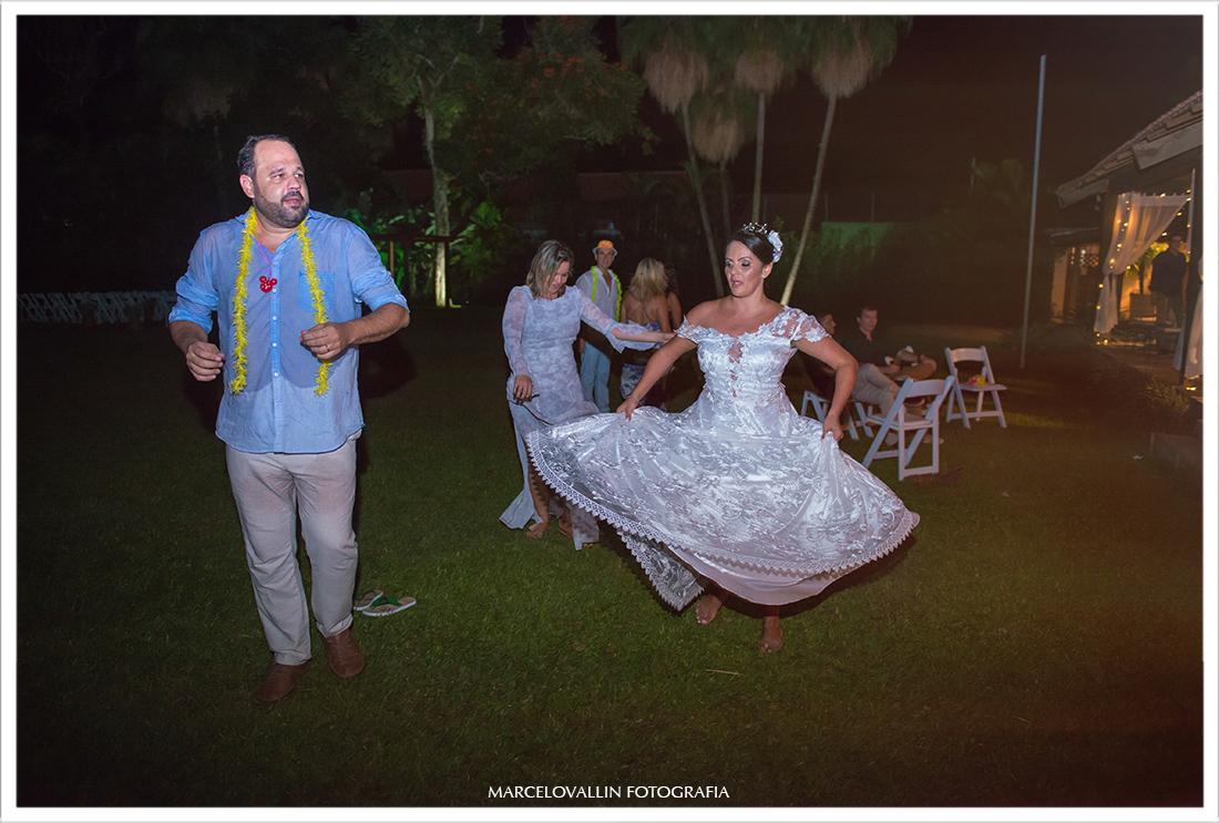 Noivos dançando em festa de casamento Sítio Veredas